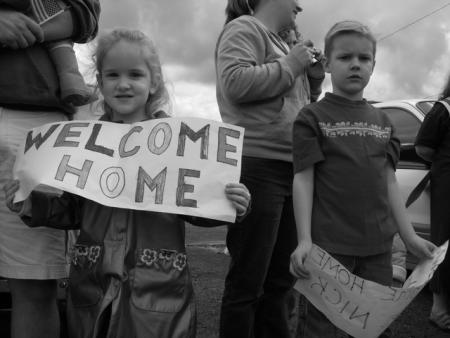 troops_welcome_home_kids_032505preview